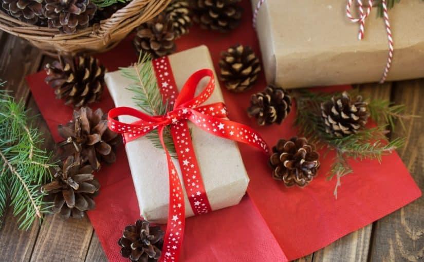 2 julegaver på en træbord