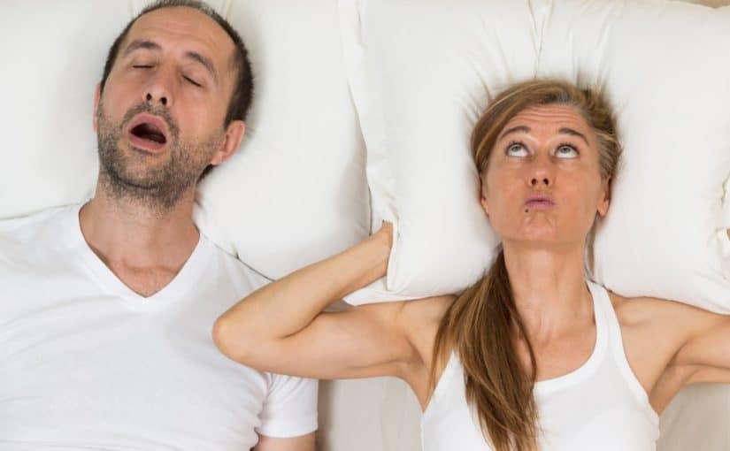 Far snorker så mor ikke kan sove
